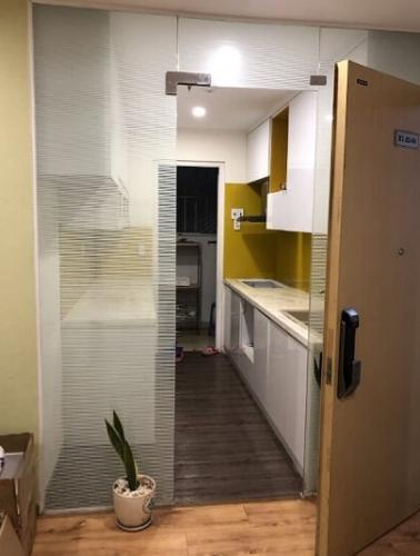 phòng bếp căn hộ city gate Căn hộ City Gate tầng cao, lót sàn gỗ, đầy đủ nội thất.