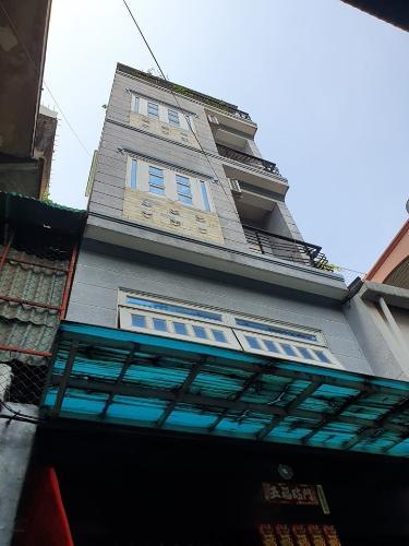 Nhà phố hẻm xe hơi cách 1 căn ra mặt tiền, có 4 tầng và sân thượng mát mẻ.