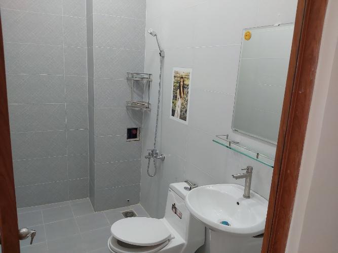 Phòng tắm nhà phố quận 9 Nhà phố quận 9 nội thất cơ bản, có hầm để xe hơi.