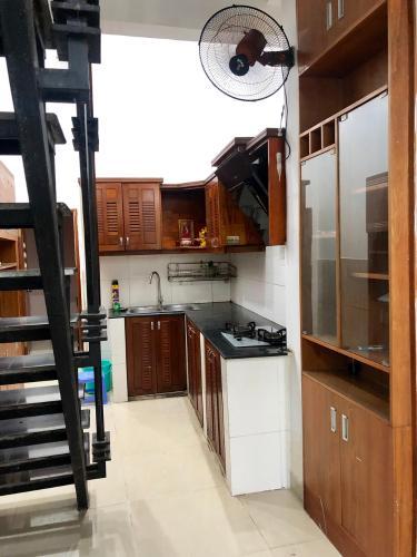 khu vực bếp nhà phố quận 4 Bán nhà hẻm Đoàn Văn Bơ, nội thất cơ bản, diện tích 2.46x17.3m.