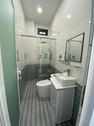 Toilet nhà phố Nhà phố Bình Tân hướng Bắc thiết kế hiện đại, hẻm xe hơi.