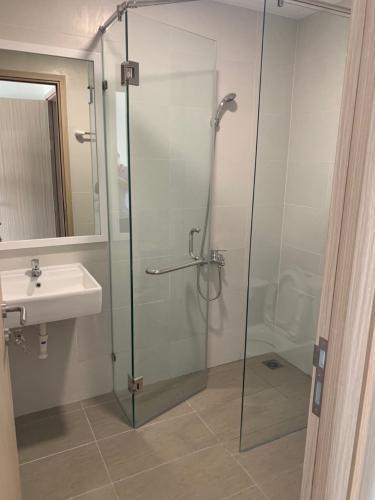 Phòng tắm căn hộ Safira Khang Điền Căn hộ tầng 10 Safira Khang Điền bàn giao đầy đủ nội thất.