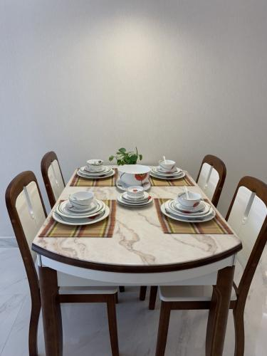 bàn ăn căn hộ midtown Căn hộ Phú Mỹ Hưng Midtown nội thất cơ bản, view nội khu mat mẻ.