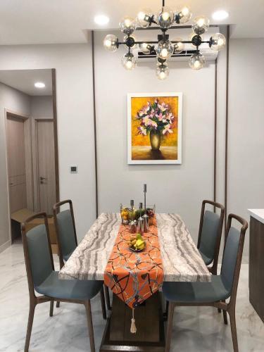 bàn ăn căn hộ Phú Mỹ Hưng Midtown Căn hộ Phú Mỹ Hưng tầng trung đầy đủ nội thất sang trọng.