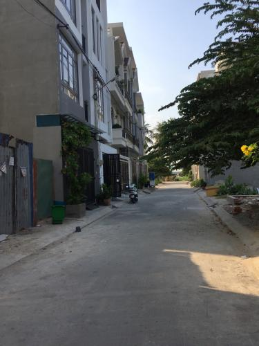 Đường trước Nhà phố Quận Thủ Đức Nhà phố kết cấu 1 trệt 2 lầu đầy đủ nội thất, cách Quốc Lộ 13 100m.