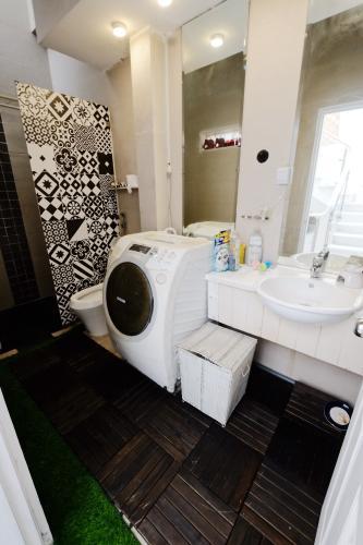Toilet Nhà phố thiết kế hiện đại, tiện nghi, hẻm 5m rộng rãi.