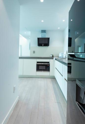 Phòng bếp căn hộ Léman Luxury Apartment Căn hộ Léman Luxury Apartments thiết kế hiện đại, đủ tiện ích cao cấp.