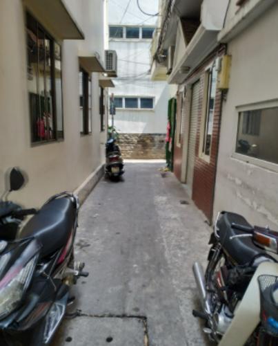 Đường hẻm nhà phố Võ Văn Tần, Quận 3 Nhà 1 trệt 2 lầu sân thượng hẻm dân cư an ninh, hướng Tây Bắc.
