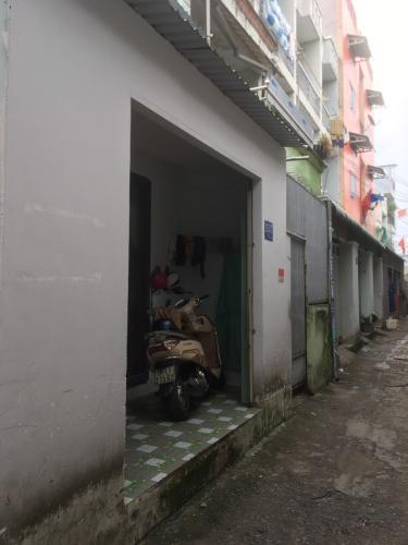 Nhà phố nằm trong hẻm xe 3 gác, khu dân cư hiện hữu đông đúc.