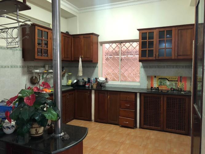 Phòng bếp biệt thự Biệt thự Thảo Điền Quận 2 trang bị đầy đủ nội thất, khu vực an ninh.