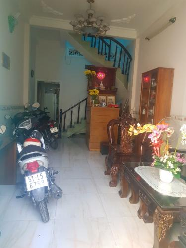 Phòng khách nhà phố quận Bình Thạnh Bán nhà hẻm cách cầu vượt Hàng Xanh 230m, diện tích đất 82m2, diện tích sàn 142.8m2, nội thất cơ bản, sổ hồng đầy đủ.
