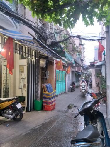 hẻm 2.5 m nhà phố Quận 4 Nhà hẻm 2.5m Quận 4, nội thất cơ bản, cách Nguyễn Tất Thành 500m.