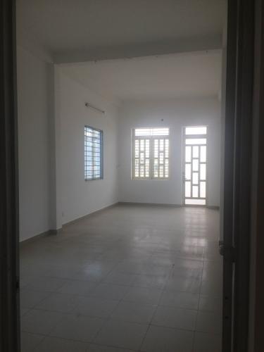 Phòng khách nhà phố Nhà phố cửa chính hướng Đông Nam, diện tích đất 104m2.