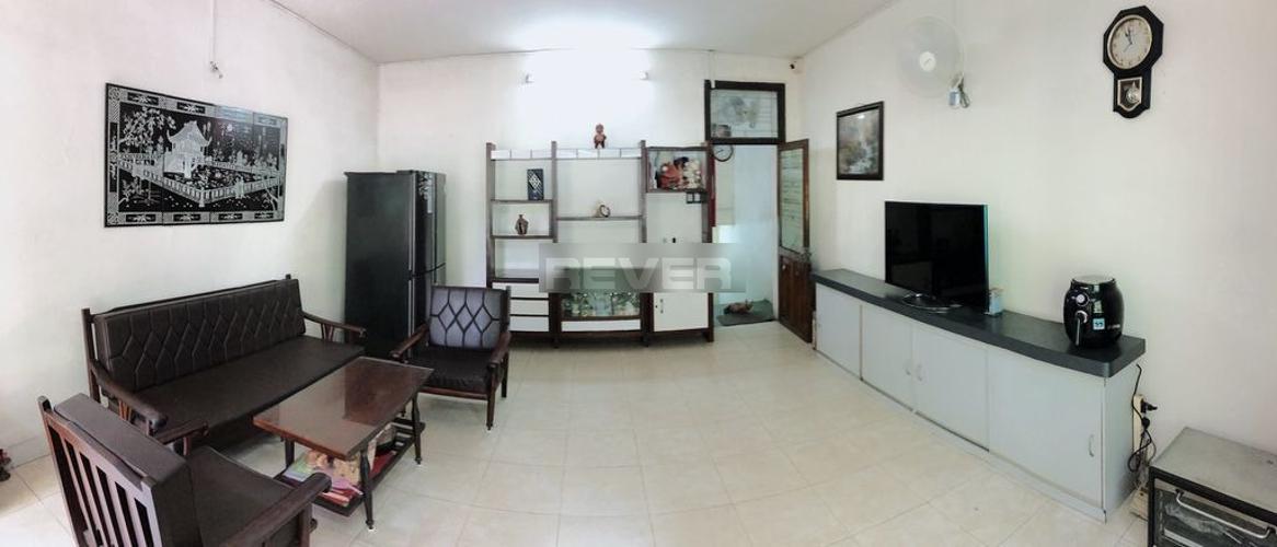Phòng khách nhà phố Quận 1 Nhà phố mặt tiền đường Nguyễn Trung Trực, sát chợ Bến Thành.