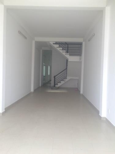 Phòng khách nhà phố Quận 12 Nhà phố cửa chính hướng Đông Nam, diện tích đất 104m2.
