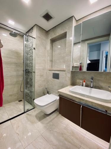 Phòng tắm căn hộ Vinhomes Golden River  Bán căn hộ Vinhomes Golden River 1 phòng ngủ, tầng cao, đầy đủ nội thất, ban công hướng Đông.