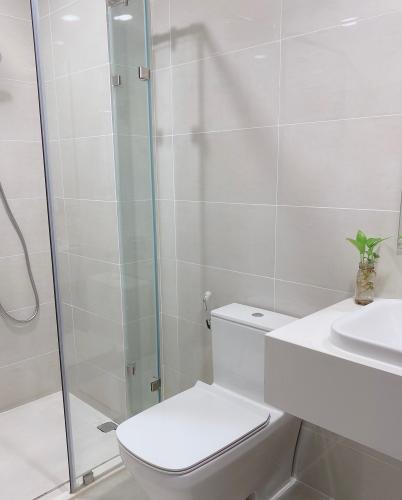 Toilet Eco Green Saigon Căn hộ Eco Green Saigon tầng cao, view thoáng mát.