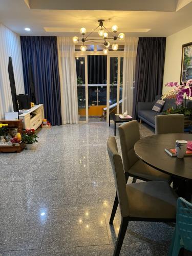 Phòng khách căn hộ Dragon Hill Căn hộ Dragon Hill 1 tầng trung kèm nội thất đầy đủ tiện nghi.