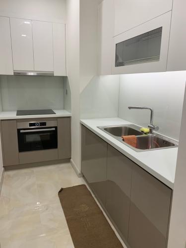 Phòng bếp Vinhomes Golden River, Quận 1 Căn hộ Vinhomes Golden River tầng cao, đầy đủ nội thất.