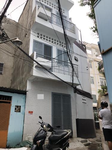 Nhà phố kết cấu 3 tầng cách hẻm xe hơi chỉ 10m, khu dân cư đông đúc.