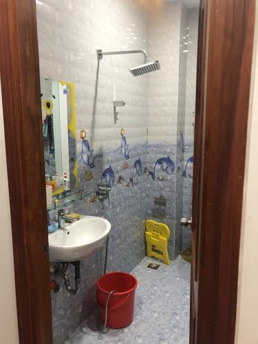 Phòng tắm nhà phố Quận Phú Nhuận Nhà phố mặt tiền đường Trần Huy Liệu diện tích 74m2, đầy đủ nội thất.