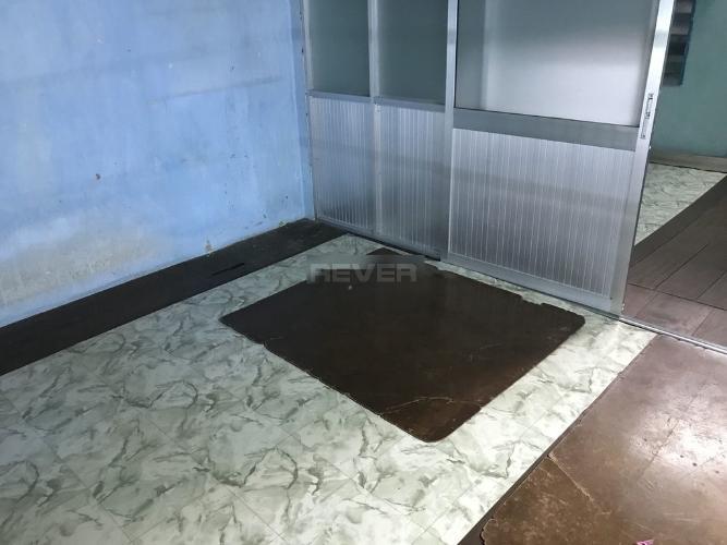 Phòng ngủ nhà phố Quận 1 Nhà phố 1 trệt, 1 lửng và 1 lầu hướng Đông Bắc, nằm trong hẻm xe hơi.