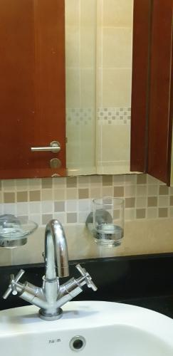 lavabo Căn hộ The Manor hướng Tây, nội thất đầy đủ tiện nghi.