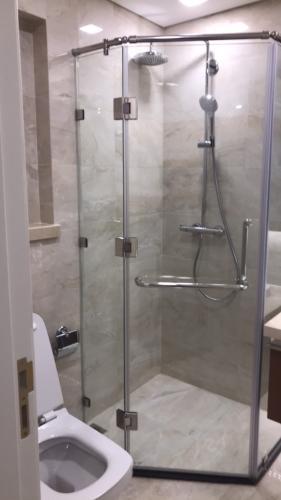 Phòng tắm Vinhomes Golden River, Quận 1 Căn hộ Vinhomes Golden River tầng thấp, đón view thoáng mát.