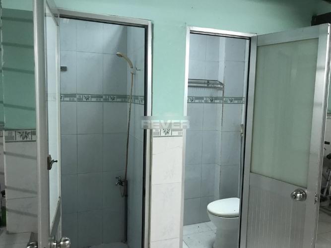 Phòng tắm nhà phố Quận 1 Nhà phố 1 trệt, 1 lửng và 1 lầu hướng Đông Bắc, nằm trong hẻm xe hơi.