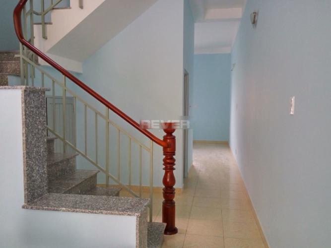 Cầu thang nhà phố Nhà phố nguyên căn hướng Bắc, đường trước nhà rộng 20m.