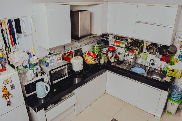 Bếp Nhà phố hướng Bắc, hẻm bê tông sạch sẽ rộng rãi.