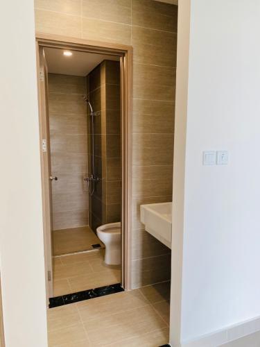 Toilet Vinhomes Grand Park Quận 9 Căn hộ tầng cao Vinhomes Grand Park ban công rộng rãi, nội thất cơ bản