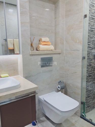Phòng tắm Vinhomes Golden River, Quận 1 Officetel Vinhomes Golden River hướng Đông Nam, view thoáng mát.