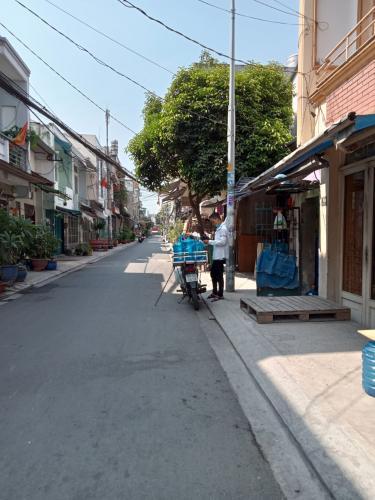 Đường hẻm nhà phố đường số 1, Bình Tân Nhà 1 trệt 1 lầu 1 lửng hướng Đông, hẻm đường nhựa rộng rãi.