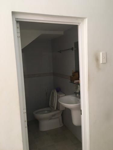 Phòng tắm Nhà phố quận 9 Nhà mặt tiền hẻm Nguyễn Văn Tăng nội thất cơ bản, hẻm xe hơi.