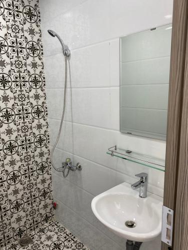 Phòng tắm nhà phố Phạm Văn Chí, Quận 6 Nhà phố hướng Đông Nam, hẻm 6m cách mặt tiền 3 căn nhà.