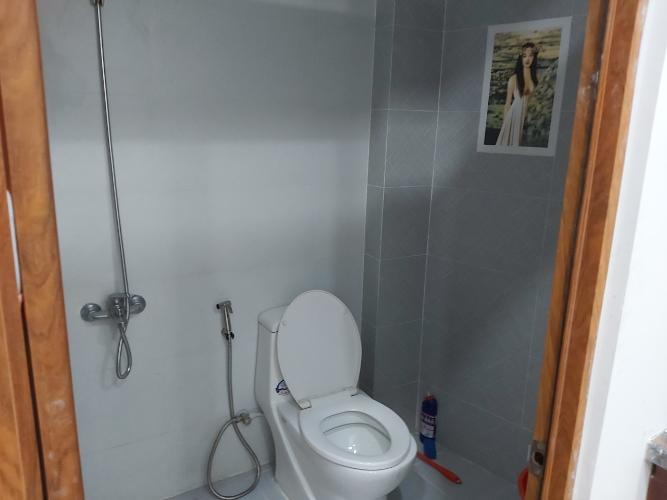 Nhà vệ sinh nhà phố quận 9 Nhà phố quận 9 nội thất cơ bản, có hầm để xe hơi.