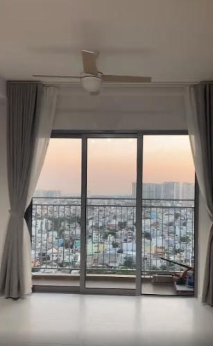 Căn hộ Palm Heights tầng cao, ban công view thành phố sầm uất.