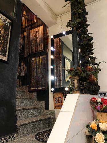 Cầu thang nhà phố Quận 11 Nhà phố trung tâm Quận 11 hướng Tây Bắc, thuận tiện kinh doanh.