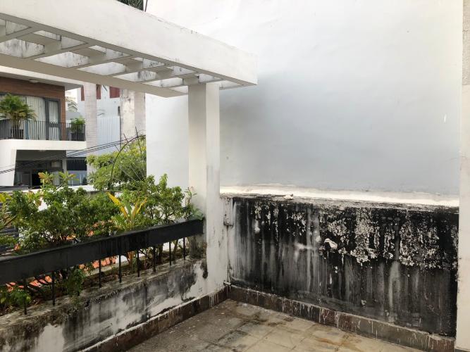 Ban công biệt thự Biệt thự Thảo Điền Quận 2 trang bị đầy đủ nội thất, khu vực an ninh.