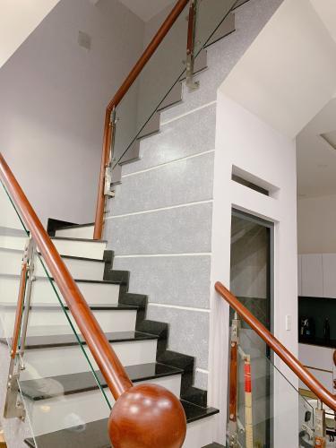 Nhà phố Quận Thủ Đức Nhà phố kết cấu 1 trệt 2 lầu đầy đủ nội thất, cách Quốc Lộ 13 100m.