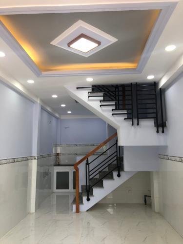 Phòng khách nhà phố Quận Bình Tân Nhà phố hẻm rộng 4m hướng Nam thoáng mát, nội thất cơ bản.