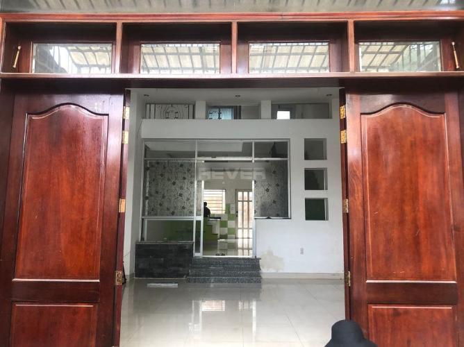 Phòng khách nhà phố Quận 9 Nhà phố Quận 9 hướng Đông Bắc, bàn giao nội thất cơ bản, pháp lý rõ ràng.