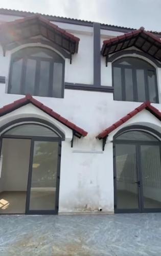 Mặt tiền nhà phố Quận 9 Nhà phố mặt tiền đường Nguyễn Xiển gần VinCity, diện tích 113m2.
