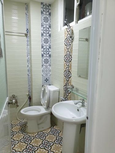 toilet nhà phố Bình Thạnh Bán nhà hẻm Nguyễn Cửu Vân, kèm nội thất đầy đủ, sổ hồng chính chủ.
