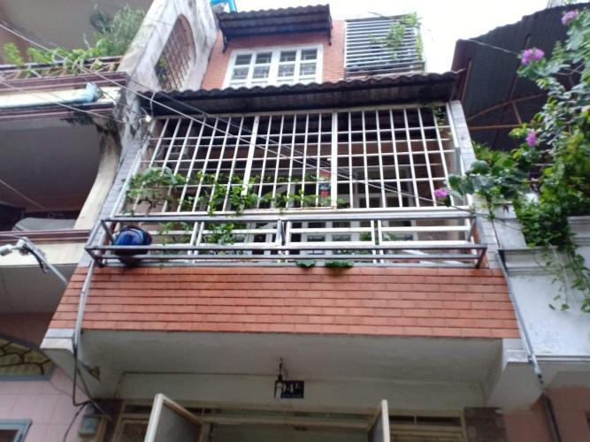 Nhà phố diện tích 36m2 hướng Nam mát mẻ, nằm gần chân cầu Thủ Thiêm.