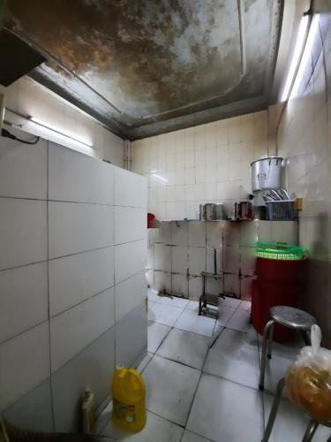 Phòng bếp nhà phố Nhà phố Quận 6 diện tích đất 86m2, ngay khu ẩm thực đông đúc.