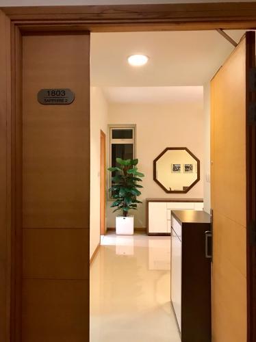 Căn hộ Saigon Pearl tầng 18 thiết kế sang trọng, đầy đủ nội thất.