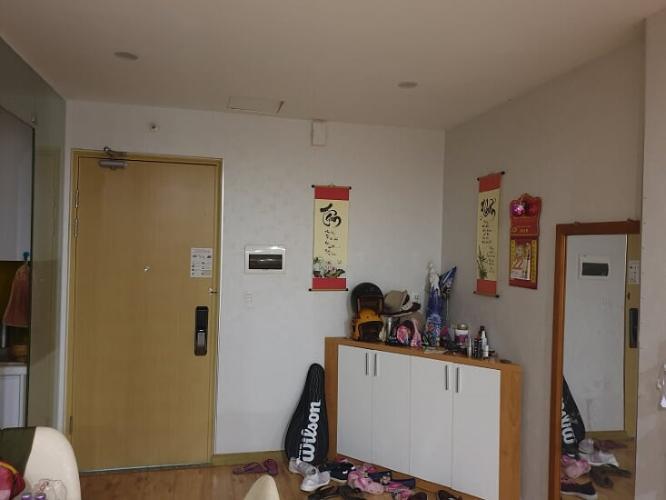 phòng ăn căn hộ city gate Căn hộ City Gate tầng cao, lót sàn gỗ, đầy đủ nội thất.