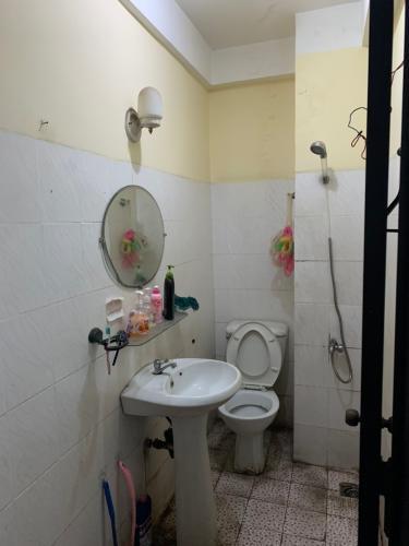 Phòng tắm nhà phố Nhà phố diện tích đất 49m2 hướng Đông Nam, đường xe hơi.
